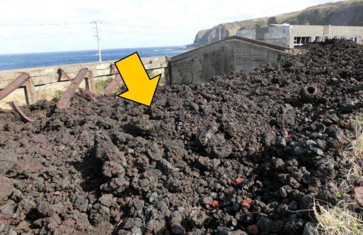 溶岩の写真。赤茶色のゴツゴツした岩で地面がおおわれている。